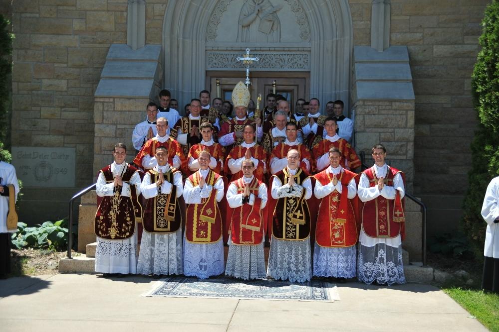 Епископ Бернардом Феле с новыми иереями и диаконами под изображением святого Петра Веронского, мученика за чистоту веры.